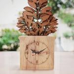 ของตกแต่งสวยงาม นาฬิกาไม้ตั้งโต๊ะ กับแบบจำลองกระถางต้นไม้ ต้นแก้ว